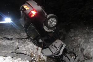 """""""Носом"""" - в снег: на Прикарпатье легковушка слетела с дороги"""