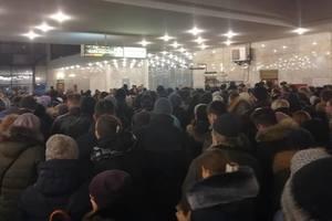 """""""Пробка"""" в метро: на """"Лукьяновской"""" сотни пассажиров пытаются попасть на станцию"""