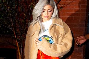 В плюшевых штанах и с сумкой Dior: папарацци подловили Кайли Дженнер