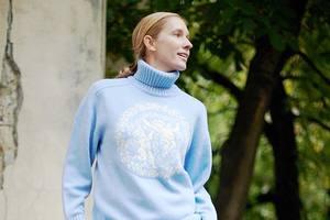 В нежно-голубом свитере: романтический образ Кати Осадчей