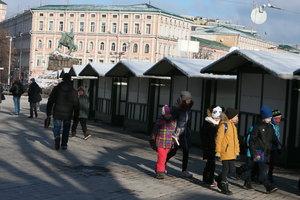 Ждем праздника: на Софийской площади монтируют новогодний городок