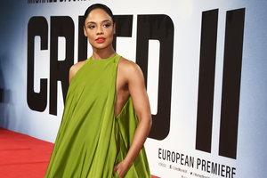 В роскошном салатовом платье от Valentino: Тесса Томпсон на премьере в Лондоне
