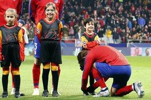 "Антуан Гризманн завязал шнурки мальчику, сопровождавшему его перед матчем с ""Монако"""