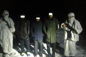 В кроссовках – через глубокий снег: на Буковине поймали группу нелегалов