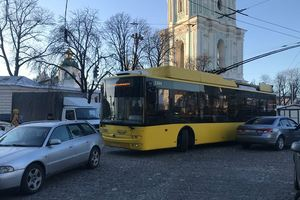 В центре Киева евробляхер заблокировал движение троллейбусов