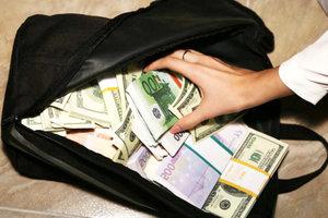 Находки в метро Киева: подобрали сумку с сотнями тысяч, коллекцию монет и эскизы икон
