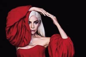 Леди Гага в алом платье снялась в страстном образе для глянца