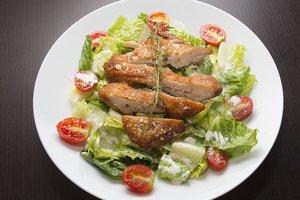 Теплый новогодний салат из курицы и овощей