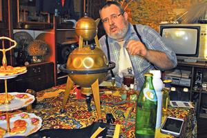 """Нож Чикатило, """"Космический самовар"""" и """"Слезы комсомолки"""": одессит устроил в квартире Музей Совка"""