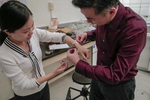 Американские ученые создали повязку, которая бьет током и сверхбыстро заживляет раны