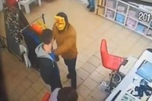 В магазин Кривого Рога ворвался с топором грабитель в маске тигра