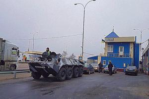 """Военное положение: въезд в Одессу стерегут бойцы на """"броне"""""""