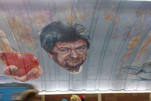 """Человек с яблоком: на """"Осокорках"""" рисуют портрет солдата-героя"""