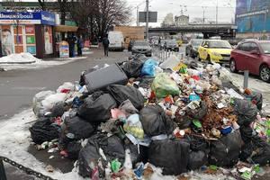 """Возле метро """"Шулявская"""" торговцы устроили стихийную свалку"""