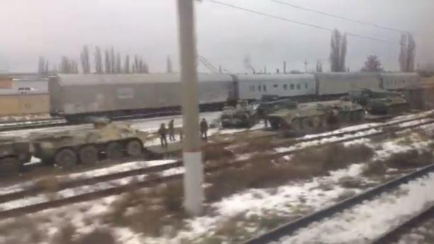 В Ростове заметили эшелон с техникой, некоторая побита: появилось виде