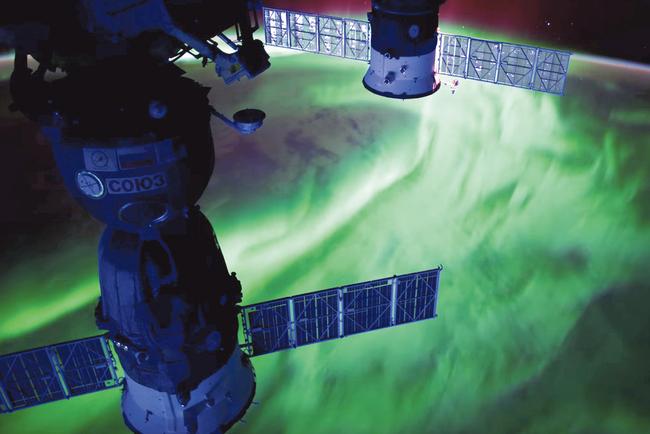 Вид c орбиты. Космонавты на Международной космической станции снимают эффектные фото полярных сияний с необычного ракурса. Фото: NASA