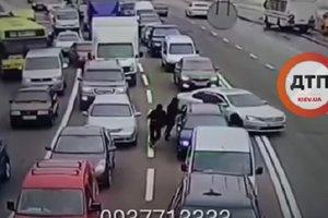 Разбой в Киеве: у водителя стоявшего в пробке, украли 300 тысяч гривен