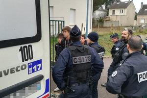Протесты во Франции: полиция поставила на колени 150 лицеистов