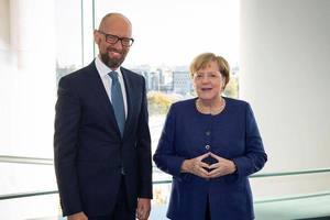 Арсений Яценюк поздравил нового лидера ХДС и поблагодарил Ангелу Меркель