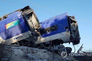 В Южной Корее поезд сошел с рельсов на скорости в 100 км/ч: опубликованы фото