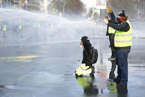 """Во Франции полиция применила водомет против """"желтых жилетов"""""""