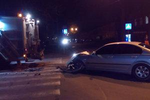 В Одессе BMW столкнулось с мусоровозом, водитель иномарки избил рабочего и сбежал