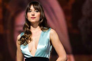 В платье Gucci, пронзенном стрелами: Дакота Джонсон впечатлила новым образом