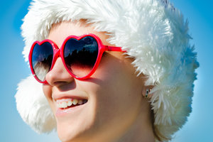 Зачем зимой носить очки от солнца: ответ офтальмолога