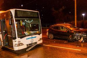 Масштабное ДТП в Днепре: столкнулись две легковушки и пассажирский автобус
