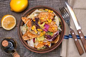 Без майонеза: рецепт вкусного новогоднего салата из курицы, кукурузы и свежих овощей