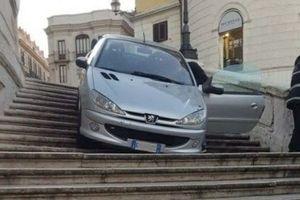 В Риме пьяный водитель съехал на машине по ступеням Испанской лестнице