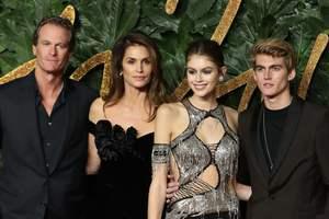 В полном составе: Синди Кроуфорд пришла на модную церемонию со всей своей семьей