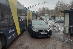 """""""Герои"""" парковки не дают проехать троллейбусам в центре Киева"""