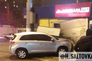 В Харькове после ДТП Mitsubishi протаранил ломбард