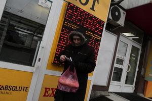 Гривня укрепляется: Нацбанк обновил курс доллара