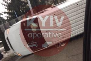 На Отрадном в Киеве ДТП: перевернулся микроавтобус
