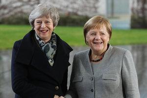 Деловые женщины: Тереза Мэй приехала к Ангеле Меркель в красных туфлях