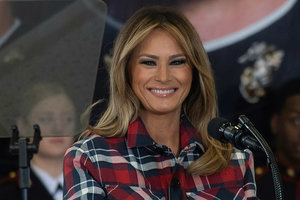 В клетчатом жакете за 1050 долларов: Мелания Трамп поздравила детей с Рождеством