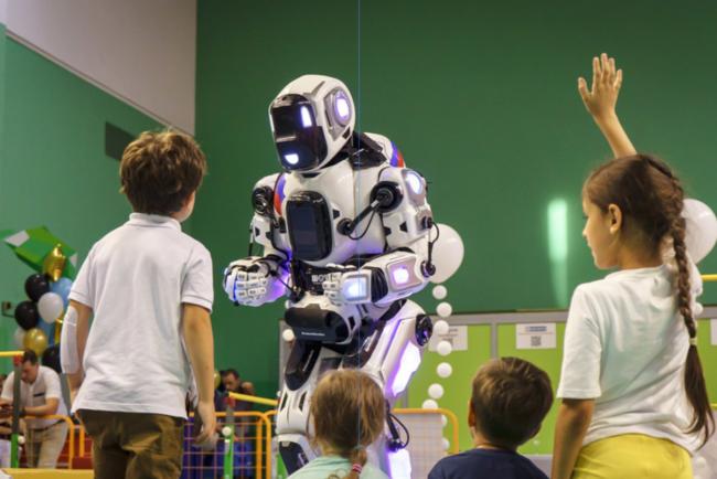 На пленуме  В. Путина  показали «самого современного робота». Имоказался переодетый человео