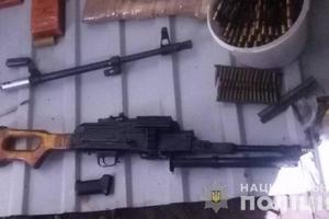 В Днепропетровской области в гараже нашли тайник с оружием и боеприпасами