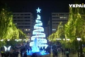 В Афинах установили необычную рождественскую елку