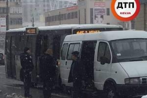ДТП на Позняках: из-за конфликта в салоне маршрутка столкнулась с авто полиции