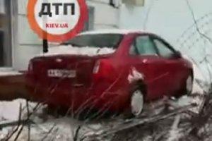 В Киеве автомобиль Chevrolet снес забор и врезался в школу