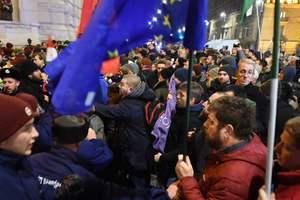 "В Венгрии штурмуют парламент из-за ""рабского"" закона: фото и видео протестов в Будапеште"