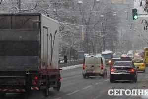Смертельное ДТП, 12 обмороженных и отмененные рейсы: последствия снегопадов в Украине