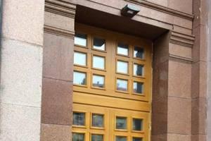 Вход в Киевраду: горожан волнует, куда подевали старые двери памятника архитектуры