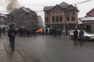 """На Закарпатье селяне вторые сутки жгут шины и перекрывают трассу """"Мукачево - Львов"""""""