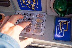 Мужчина нашел простой способ обхитрить банкомат и жил за его счет