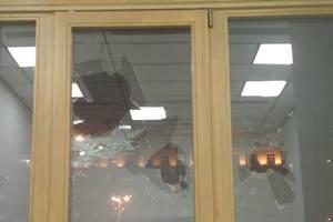 Неизвестные разбили окно в здании Киеврады
