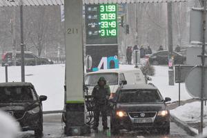 Цена на бензин упадет до 27,5 гривен за литр: прогноз экспертов